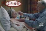 2009年的《白丝带》在戛纳拿下金棕榈,迈克尔•哈内克对自己拿下奥斯卡最佳外语片充满信心。结果呢?影片不但没得奖,甚至连提名都没拿到。三年后的现在,《爱》再度拿到戛纳金棕榈,这一次,哈内克的目标依旧是剑指奥斯卡最佳外语片。</br>作为欧洲各大电影节的得奖大户,哈内克近几年的作品主题开始以回忆为主。《白丝带》是一位乡村教师的回忆故事,《爱》中,亦将以妻子的疾病为由,开始倒数夫妻俩的往事。不一样的是,在回忆之外,《爱》里亦将探讨老年人感情生活这一社会主题,哈内克表示,自己希望借此片让世人关爱老年人生活,尤其是他们的感情世界。</br>《爱》的主演阵容亦很强大,男主角简-路易斯•特林提格南特是基耶斯洛夫斯基《红》的男主角,法国国宝级女星伊莎贝尔•于佩尔亦将在片中配角出演。