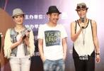 6月18日,电影频道传媒大奖入围影片《爱的替身》在上海举行见面会,导演唐晓白携三位主演成泰燊、梁静、杨舒婷亮相。首次触电大银幕的杨舒婷刚出校园就挑战被强奸生子的角色,她更为这个角色增肥20斤。而导演还爆料梁静在接拍这部电影时刚刚生下自己的第二个孩子不久,以母亲的角色更好的诠释了这个人物。