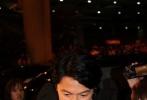 """日本人气男星福山雅治6月26日晚现身中国香港国际机场,为其主演新片《盛夏的方程式》宣传造势。近千名粉丝和媒体闻讯赶到,将机场候机大厅围得水泄不通,为了避免混乱导致场面失控,机场采取临时安全防范措施,没有让福山从正门出关,而是选择""""旁门"""",但还是遭到大批影迷的热情围堵,福山面带笑容挥手寒暄,随后在保镖护送下搭乘专车扬长而去。"""