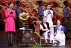 2013年9月10日晚,第14届中国电影表演艺术学会奖颁奖典礼在青岛举行。秦海璐、张嘉译等获奖演员,葛优、徐帆等众多颁奖嘉宾、电影明星齐聚位于崂山脚下的青岛大剧院,共同庆祝这一电影界盛事,并借着教师节这一契机,向老演员致敬,鼓励和督促新演员前行。中国电影表演艺术学会会长唐国强发表致辞,欢迎各位影视明星的到来。颁奖典礼在《光阴的故事》的美妙旋律和舞蹈演员们的精彩表演中拉开帷幕。