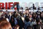 10月4日,韩国新片《同窗生》在釜山海云台biff village举行了室外见面会活动,导演朴兴洙携主演TOP崔胜贤和金宥珍一同亮相。崔胜贤在片中饰演为了救妹妹而背负着任务南下到韩国伪装成高中生的北朝鲜间谍,他的高人气更是吸引