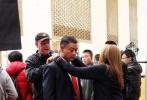 11月4日,好萊塢大片《變形金剛4:絕跡重生》在北京市內的盤古大觀取景拍攝。當天,內地實力演員巫剛現身片場,在片中疑似扮演軍方高層,為《變形金剛4》又增加了一些中國元素。