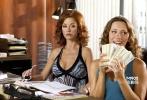 硬汉布鲁斯·威利斯对阵两美女可不是这一次,在《赌场回忆录》中,她和丽贝卡·豪尔饰演的酒吧女招待完美合作,还引得美女老婆泽塔-琼斯嫉妒,实在是艳福不浅。