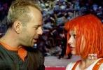 """乌克兰著名女演员米拉·乔沃维奇饰演一头红发的""""第五元素""""莉露,她和布鲁斯·威利斯饰演的退役特工渐生好感。"""
