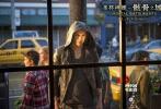 """由著名导演哈罗德·兹瓦特执导,改编自同名畅销小说的好莱坞青春奇幻电影《圣杯神器:骸骨之城》已于1月3日登陆国内院线。近日片方发布最后一款中文制作特辑""""暗影世界"""",莉莉·柯林斯、杰米·坎贝尔·鲍尔等主演现身揭晓片中关键元素,勇闯骸骨之城的暗影猎手们将带领观众驰骋充满神秘和奇幻色彩的暗影世界。"""