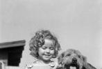 据BBC报道,好莱坞影星秀兰·邓波儿于美国时间2月10日在加利福尼亚去世,终年85岁。让我们从她留下的照片中缅怀这位影史上最成功的昔日童星。