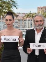 《冬眠》发布会主创齐举牌 为索马矿难同胞哀悼