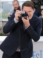 《狐狸猎手》戛纳发布会 塔图姆耍宝抢做摄影师