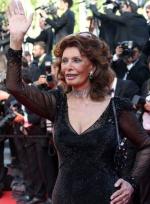 80岁索菲娅·罗兰挥手亮相 爆乳抢镜气度仍不凡