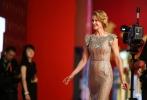 妮可•基德曼从戛纳走到了上海,Armani Prive 2014秋冬高级定制系列礼服光芒万丈,裸色闪金鱼尾裙依旧是王妃贵族的皇室风范,虽然笑容灿烂,但却有着遥不可及的高贵之感。精致的挽发配上钻饰麦穗,这就是360度无死角的《摩纳哥王妃》。