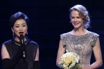 妮可·基德曼登台领奖 高贵典雅微笑迷人成焦点