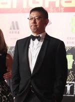 姜文导演全身阿玛尼亮相红毯 表情调皮风度十足