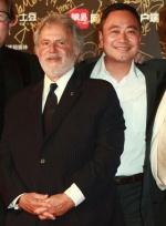 《变4》主创、1905电影网副总经理挥手微笑踏红毯