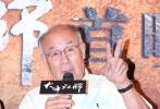 """8月26日,电影《大峰祖师》在京首映,导演张蠡携主演许还山、俞灏明、安贞京、蒋恺、吕晶出席了首映礼。影片讲述了北宋一代高僧大峰祖师南下潮阳筹款修桥,却意外卷入古镜谜案的曲折故事。活动中,伤愈后首次触电的俞灏明坦言状态良好,谈到片中再次""""玩火""""的拍摄经历,俞灏明表示已经学会了自我保护。"""