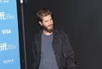 """当地时间9月9日,《99个家》在第39届多伦多国际电影节上举行发布会,众主创现身。因出演""""蜘蛛侠""""一角而人气颇高的安德鲁·加菲尔德亮相。"""