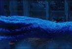 """由《黑客帝国》、《云图》导演沃卓斯基姐弟执导,查宁·塔图姆、米拉·库妮丝领衔主演的科幻巨制《木星上行》今日曝光了一支名为""""纪元之战""""的预告片和海报。此次型男查宁·塔图姆将以全新的""""金色胡须""""形象登场,饰演""""土豪金半兽人"""",不仅具备酷炫超能力,还将上演""""英雄救美""""的浪漫戏码,与米拉·库妮丝携手对抗来自宇宙霸权的追杀,展开一段穿梭宇宙的""""大逃亡""""。"""