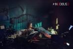 经典恐怖片《潜伏》系列的第三部《潜伏3》日前发布了一组幕后照,从幕后照上可以看到影片的主要场景依旧是那栋著名的阴宅,现场布光非常诡异,很有灵异、怪诞的特色。不仅如此,片场中的很多道具看起来也非常具有恐怖的效果——尤其是斯戴芬妮·斯考特睡的那张床的床头,在设计上参考了很多巫毒宗教的元素。