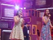 优丽丝、哈丽雅倾情演唱《甜蜜蜜》 形象优美动人