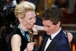 布兰切特颁发最佳男主角奖 蓝色项链明亮夺目