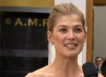 最佳女主角提名女星罗莎蒙·派克 穿红裙惊艳亮相