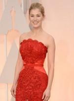 《消失的爱人》派克提名最佳女主 穿红裙靓丽