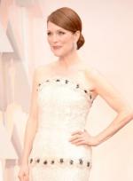 朱丽安·摩尔白裙亮相显高贵 角逐影后气场强大