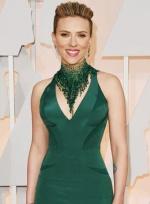 斯嘉丽·约翰逊惊艳亮红毯 绿色深V裙别致更性感