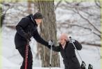 电影《麦吉的计划》再次曝光片场照,影后朱丽安·摩尔在拍摄时戴了一顶粉色的毛线帽,清新的颜色确有减龄效果。与她一同加盟影片的伊桑·霍克则全副武装,两人在拍摄滑雪戏。摩尔不慎摔倒后,伊桑·霍克将她扶了起来。