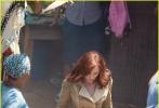 """《美国队长3:内战》近日一直在德国拍摄,此前网上曾放出一组替身演员""""攀岩走壁""""的照片,""""美队""""替身也在现场疾奔。近日,《美国队长3:内战》曝最新片场照,""""冬兵""""塞巴斯蒂安·斯坦与""""猎鹰""""安东尼·麦凯双双现身。"""