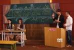 """5月24日晚,国内首档电影益智青春真人秀《电影新青年》已经在电影频道(CCTV-6)正式播出了第七期。距离最终的大决战越来越近,""""新浪潮""""和""""蒙太奇""""这两个班之间也出现了更戏剧性的一幕:蒙太奇班的灵魂人物陈鸿志在淘汰环节中为保队友蒲熠星提出重新分班,但命运却让他进入了新浪潮班。连任新浪潮班班长的赵冶,与昔日的""""死对头""""陈鸿志能否携手抗敌,在本期留下了最大悬念,同时也成为本期最精彩的一大看点。"""