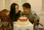 6月2日,有网友爆料,在6月1日儿童节当天,吴奇隆再次向刘诗诗单膝跪地求婚,俩人幸福甜蜜,大方秀婚戒。