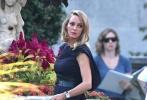 近日,影片《英国佬来了》正在纽约热拍,主演乌玛·瑟曼与Maggie Q(李美琪)拍摄枪战场面的片场照被外媒曝光。