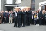 爱尔兰当地时间10月10日,好莱坞男星金·凯瑞(Jim Carrey)的女友,28岁的卡萨琳娜·怀特(Cathriona White)葬礼举行,金·凯瑞一身黑装低调出席,亲自扶灵表情肃穆。 