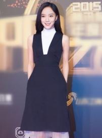 王珞丹亮相品牌活動 背帶黑裙顯優雅率性十足