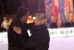 美国当地时间2月25日,凯特·温斯莱特拍摄《附属美丽》。凯特·温斯莱特在穿着厚实的棉衣在布莱恩特公园拍摄《附属美丽》。拍摄片场,凯特与导演相聊甚欢,还获导演热情拥抱和牵手,与男演员相依偎深情对望,上之后二人转战滑冰场,浪漫依偎深情拥吻。