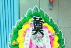 03月08日,葛优父亲葛存壮的追悼会在八宝山举行。葛优捧父亲遗像,身穿黑衣佩白花神情肃穆。冯小刚、杜淳现身。