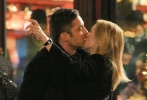 纽约当地时间3月8日,电影《附属美人》片场探班。拍摄中,奥斯卡最佳女主角凯特·温丝莱特和恩里克·穆西安诺一同走出餐馆,两人翩翩起舞,在街边忘情拥吻,凯特忘情处还当场比剪刀手。