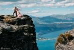 3月18日,吴奇隆刘诗诗最新婚纱照曝光,一对新人在山顶甜蜜依偎,浪漫唯美,此外,两人更双双身着帅气西服深情拥吻,在蒸汽船上拍摄了一组风格别致的男装大片。