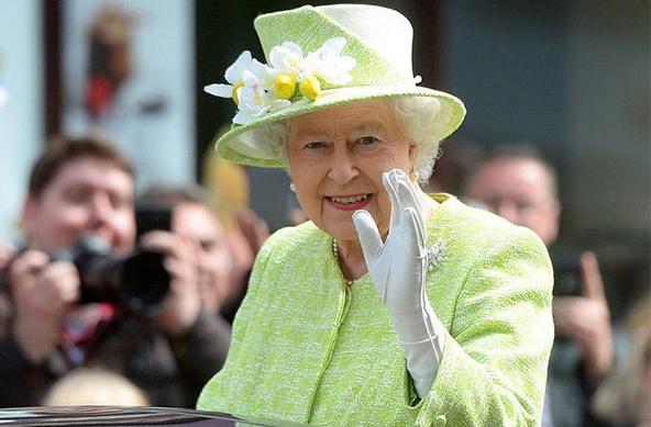 英国王室庆女王90大寿点燃火炬 全家出动心情靓