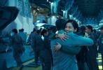 """由《2012》、《独立日》、《后天》导演罗兰·艾默里奇执导的《独立日:卷土重来》(媒体简称《独立日2》)即将于6月24日在中国内地全面上映。今日片方二十世纪福斯发出了一支新的幕后特辑,可以看到影片此次有在北美犹他州最著名的风景胜地盐滩取景,一望无垠的雪白的盐滩呈现出绝美的画面,而在这里,将展开人类与外星人的终极大战,视频中不乏震撼的空战镜头,美国新任总统发出了大战前的动员令,也让人想起了第一部中最有名的""""总统演讲""""。"""