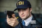 近日,丹尼尔·雷德克里夫主演的影片《统治权》曝光了一组剧照。丹尼尔在影片中剃光头,进入纳粹组织对视成员。除了卧底光头形象,剧照还曝光了丹尼尔头戴FBI帽子,举枪变身FBI探员的形象。