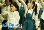 """萌哭了!将于7月15日上映的文章导演处女作《陆垚知马俐》,今日曝光了""""世界上最萌情歌""""《思念是一种病》的MV。这首歌曲由电影中的""""小陆垚""""吕云骢演唱,稚嫩的声线软软萌萌,十分打动人心,MV也回放了陆垚和马俐这对青梅竹马的点点滴滴,不仅唱出了陆垚思念的心声,也引发诸多网友共鸣,""""曾经和我一起长大的你,现在还好吗?"""""""