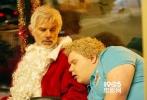 近日,由米拉麦克斯出品的影片《圣诞坏公公2》曝出一张海报和一组剧照,该片是2003年《圣诞坏公公》的续集,原作的比利·鲍伯·松顿、托尼·考克斯、布瑞特·凯利也都将在本集回归。