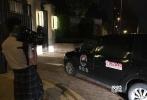 9月16日晚,男星乔任梁被通报在住宅内死亡,在他所居住的别墅现场大门紧闭,一辆殡仪车从小区门外开进去。
