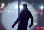 """由""""亚洲阿汤哥""""沙鲁克·汗主演的动作电影《脑残粉》已于前不久正式定档于11月4日与内地观众见面,今日电影发布一款悬疑动作版中文预告片,更多的故事线索和动作场面得以曝光。预告片节奏明快,一场因追星引发的跨越国境的连场动作大戏,脑残粉与爱豆之间相爱相杀。印度影星沙鲁克·汗通过化妆技术和演技的巨大张力,在电影中一人分饰两角,上演左右互搏。"""