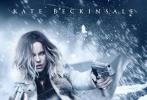 《黑夜传说5》曝光了最新海报,凯特·贝金赛尔饰演的赛琳娜在风雪之中作战,她身穿厚实外套,一身黑色紧身皮衣凸显性感火辣的好身材,坐卧雪地、手持双枪准备射击的她眼神犀利,丝毫没有任何犹疑之色。