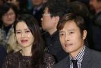 11月8日晚在首尔媒体中心举行了第36届影评奖颁奖礼。影评奖是由韩国电影评论家协会主办,从这一年来上映的142韩国电影中选出佼佼者。演员金成钧和严智苑担任颁奖礼主持人,金知云导演的《密探》成为了影评人所选出的最佳作品,《局内人们》主演李秉宪和《没有秘密》主演孙艺珍荣获最佳男女主角奖。