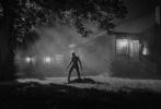 """对于即将上映的《金刚狼3:殊死一战》来说,媒体的好评就是最大的宣传。近日,影片的导演詹姆斯·曼高德在自己的社交网站上宣布,他正在制作一个黑白版的《金刚狼3》。虽然并无更多的具体消息透漏,但是""""黑白版本""""的存在,就足以令粉丝们雀跃了。联系到詹姆斯·曼高德本人拍摄并发布的影片剧照以及前不久公布出来的影片的黑白片段,这个黑白版的《金刚狼3》的存在并不令人感到意外。"""