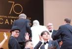 法国当地时间5月18日下午,戛纳电影节中国馆举办中外新导演电影推广及发行模式讨论会,《提着心吊着胆》导演李雨禾、主演陈玺旭、任素汐、董博、曹瑞,资深发行人Patrick Huang、威尼斯国际电影节选片人Paolo Bertolin等上台参与讨论,关于如何扶持青年导演作品在市场发行时所遇到的问题及解决方案,嘉宾们都有独到见解。