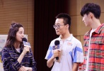由饶雪漫原著/编剧,连奕琦执导,陈飞宇、欧阳娜娜、邹元清、张诚航领衔主演,《左耳》番外篇电影《秘果》将于7月7日暑期档青春上映。6月27日,饶雪漫、陈飞宇和欧阳娜娜来到了今年陕西高考文理状元的母校高新一中,学子精心准备了舞龙与啦啦队表演以示欢迎。
